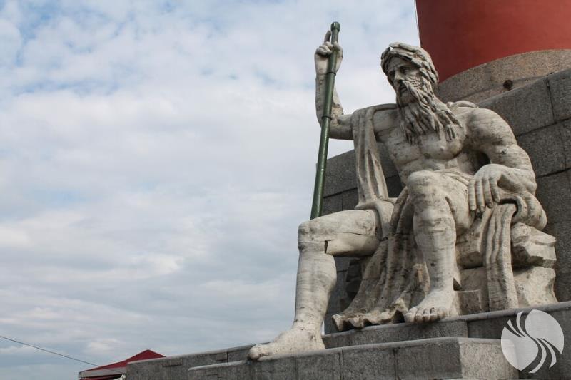 在有船嘴装饰的专栏上的沃尔霍夫雕像.jpg