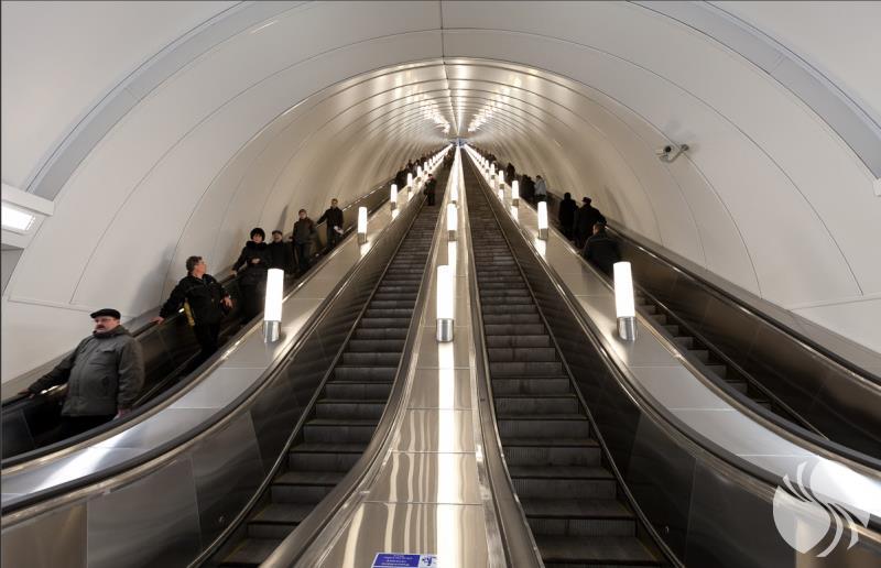 俄罗斯最长的自动扶梯125米.png